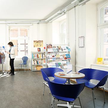 Willkommen im Infoladen Plusminus. Plusminus ist die kantonal unterstützte anerkannte Schuldenberatungsstelle in Basel.