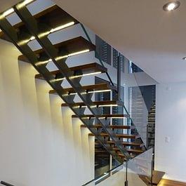 Innentreppe Stahl mit Holztritten beleuchtet