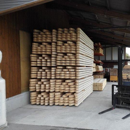 Stockage des chevrons destinés à charpente d'immeuble, à notre atelier