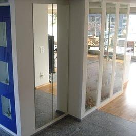Garderobe mit Spiegeltüren und Glasvitrinen