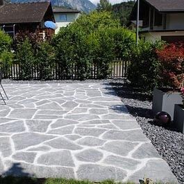 Gartenplatz aus Granitsteine - Eggler Bau Region Berner Oberland