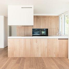 Küche in Kastanie und Silestone