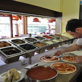 Le Pizzaiolo à l'oeuvre  La Romana Genève
