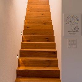 Schreinerarbeiten - beleuchtete Treppentritte