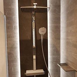 Beleuchtete Wandscheibe mit Platten in der Dusche