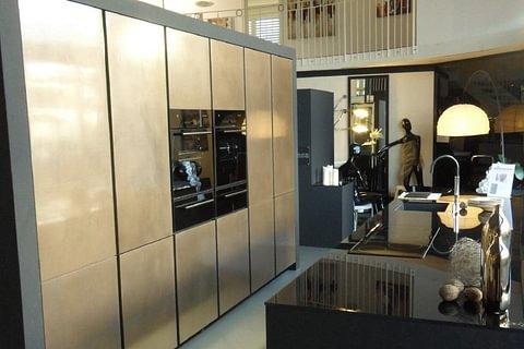 Ausstellungsküche: Grifflose Zeyko-Luxusküche Buntschiefer komb. Metall-X Bronze