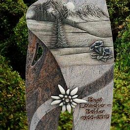 Urnengrabmal mit Einfassung aus Nordland (teils poliert) mit Strasssteine im Edelweiss