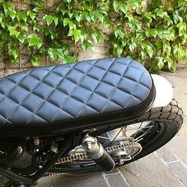 Selle matelassée pour moto costumisée