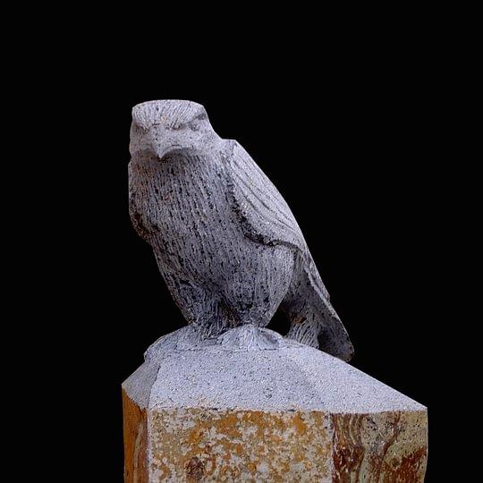Basaltsäule mit Falke (vollplastisch)