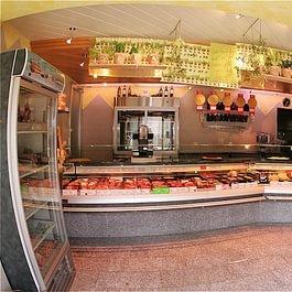 Unser moderner Verkaufsladen mit feinen Fleisch- & Wurstspezialitäten und diversen Zusatzartikeln