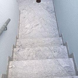 MM genaue Arbeit mit 8 mm dicken Granitplatten