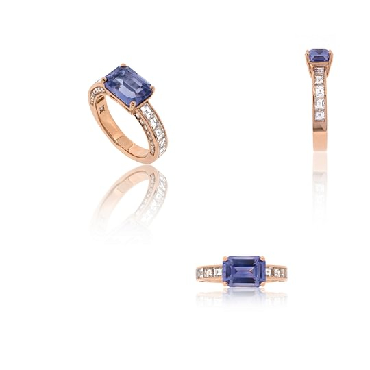 Bague en or rose sertie d'un saphir  bleu violet, de diamants blancs taille baguettes et de diamants ronds