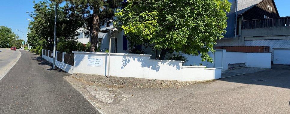 Informatik-Bianchi  Parkplatz rechts neben dem Haus