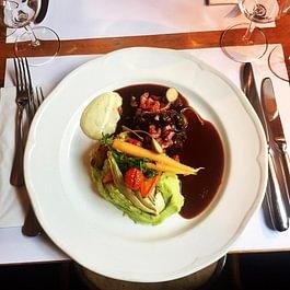 Geschmorte Ochsenbäckli, Rotweinjus, Erbsen-Kartoffelstock, Rüebli