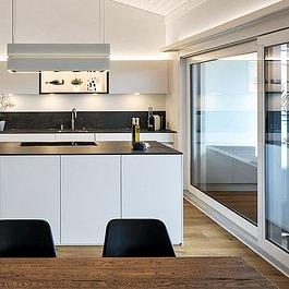 Die klassische Schwarz-Weiss-Kombination wirkt zeitlos auf warmem, wohnlichem Parkettboden.