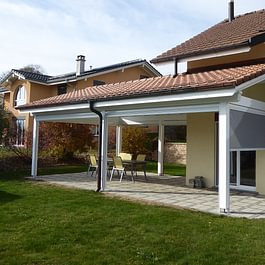 Couvert de terrasse avec  store coupe-vent - Menuiserie-Agencement Eloi Bosson