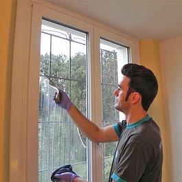 Zum Frühlingsputz gehört eine umfassende Fensterreinigung. Dabei werden nicht nur die Glasscheiben, sondern auch Fensterbänke, Fensterrahmen und Storen oder Fensterläden geputzt.