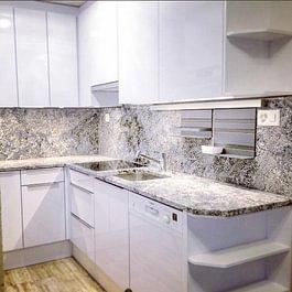 cuisine moderne, façades laque blanc premium brillant + granit Azul Aran