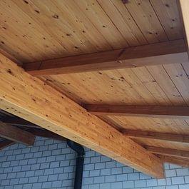 Naturholz-Untersicht mit neuem Lasuranstrich