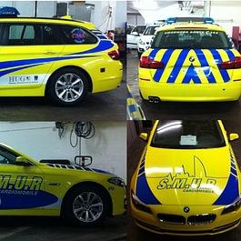 Décoration de véhicules BMW break pour les HUG. Autocollants spéciaux rétro-réfléchisants en découpe adhésive. Visuel et réalisation par nos soins.