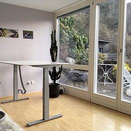 Schreibtisch HPL kompakt Weiss mit Swopper 3D-Aktiv Bürostuhl