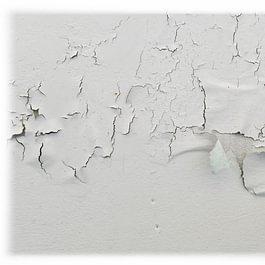 Décollement de la peinture provoqué par un défaut du support