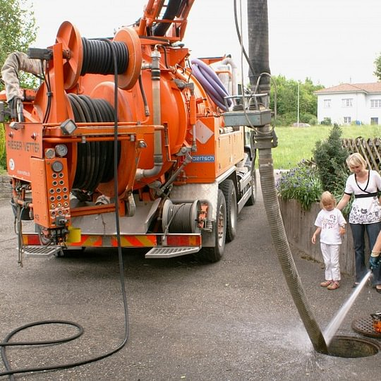 Unterhalt des Kanalisationssystems mit Wasserhochdruck und Absaugen