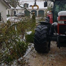 Évacuation d'un arbre cassé suite au forte chute de neige de ce printemps