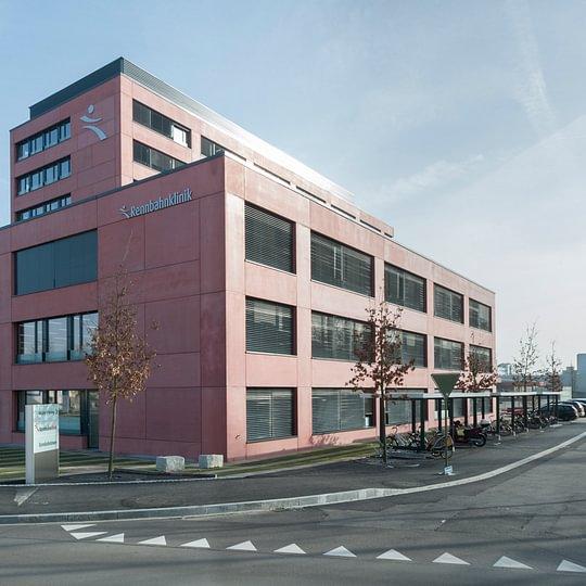 Die Klinik von Seite Birsfelderstrasse.