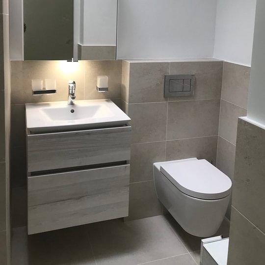 Salle de douche neuve avec appareils suspendus