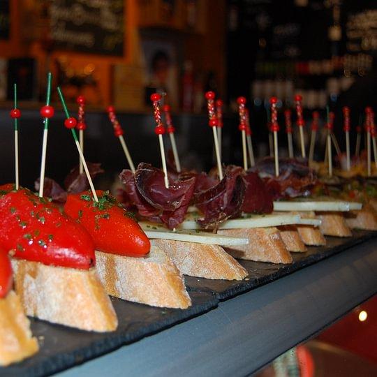 Pintxos oder auch Pinchos gibt es in ganzunterschiedlichen Geschmacksvariationen.