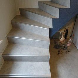 Novilon auf Treppe
