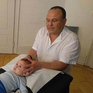 """Die Cranio-Sacral-Therapie  - Das Ziel der Therapie soll sein, einen weitgehend """"ungehinderten Liquorfluss"""" vom Kopf bis zum Kreuzbein sicherzustellen."""
