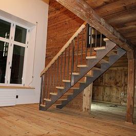 Altholzrestauration mit moderner Stahl Holz Treppe