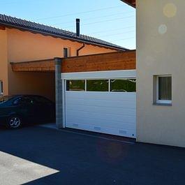 Porte de garage sectionnelle MCA avec fenêtres et grilles de ventilation