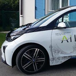 Publicité sur voiture BMW électrique. Décoration en autocollant découpé.