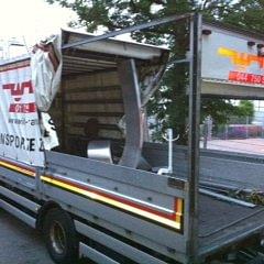 Skulpturen-Transport mit offenem Verdeck, Belad mit Kran