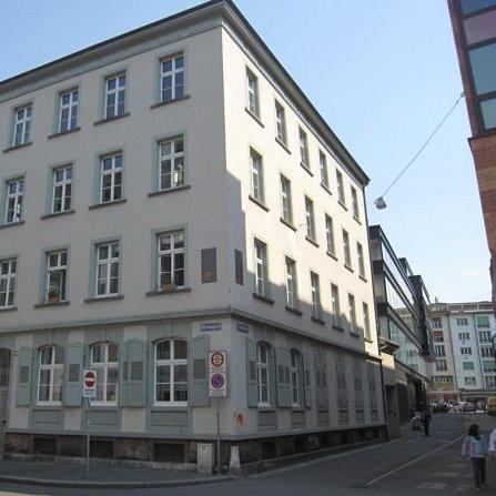 Plusminus liegt im Kleinbasel, zwischen Rhein und Claraplatz.