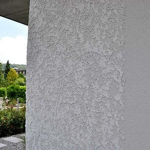 Mehrfamilienhaus mit zweifarbigem Fassadensanstrich