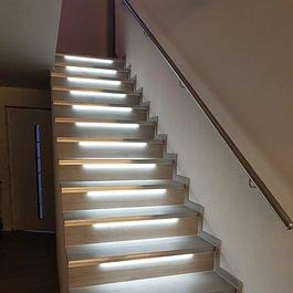 Treppe mit Platten und LED-Beleuchtung