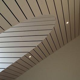 Réalisation de plafond en lame ajourée, avec raccord à la lucarne cintrée dans la salle de commune de Bioley-Magnoux