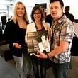 Musik verbindet - Treffen und persönliche Schallplatten-Signatur mit Lyn Stanley