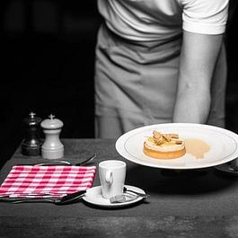 Tartelette au parfait praliné, sauce noisette et citron confit