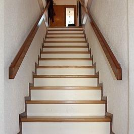 Escalier droit entre murs