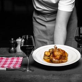 """Côte de cochon """"Suisse"""" moelleuse, aubergines confites pommes grenailles"""