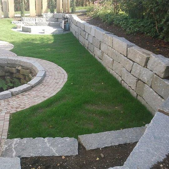 Mauer und frischer, grüner Rasen