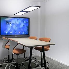 Sitzungszimmer Idee mit Stehtisch und Akustikvorhang
