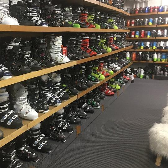 grosse Auswahl an Skischuhe Miet/Kauf Option