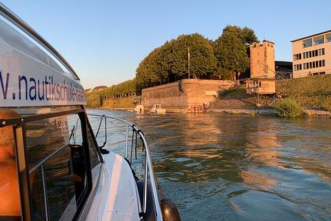 Motorbootfahrschule auf dem Rhein