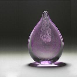 Erinnerungskristalle. In sorgsamer Zusammenführung entstehen aus Kristall- resp. Floatglas und den Lebensspuren des geliebten Menschen, Skulpturen für das private Gedenken und Erinnern zu Hause.